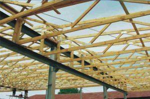 Medinės sandėlio santvaros sujungtos su aliuminio karkasu santvaros.lt